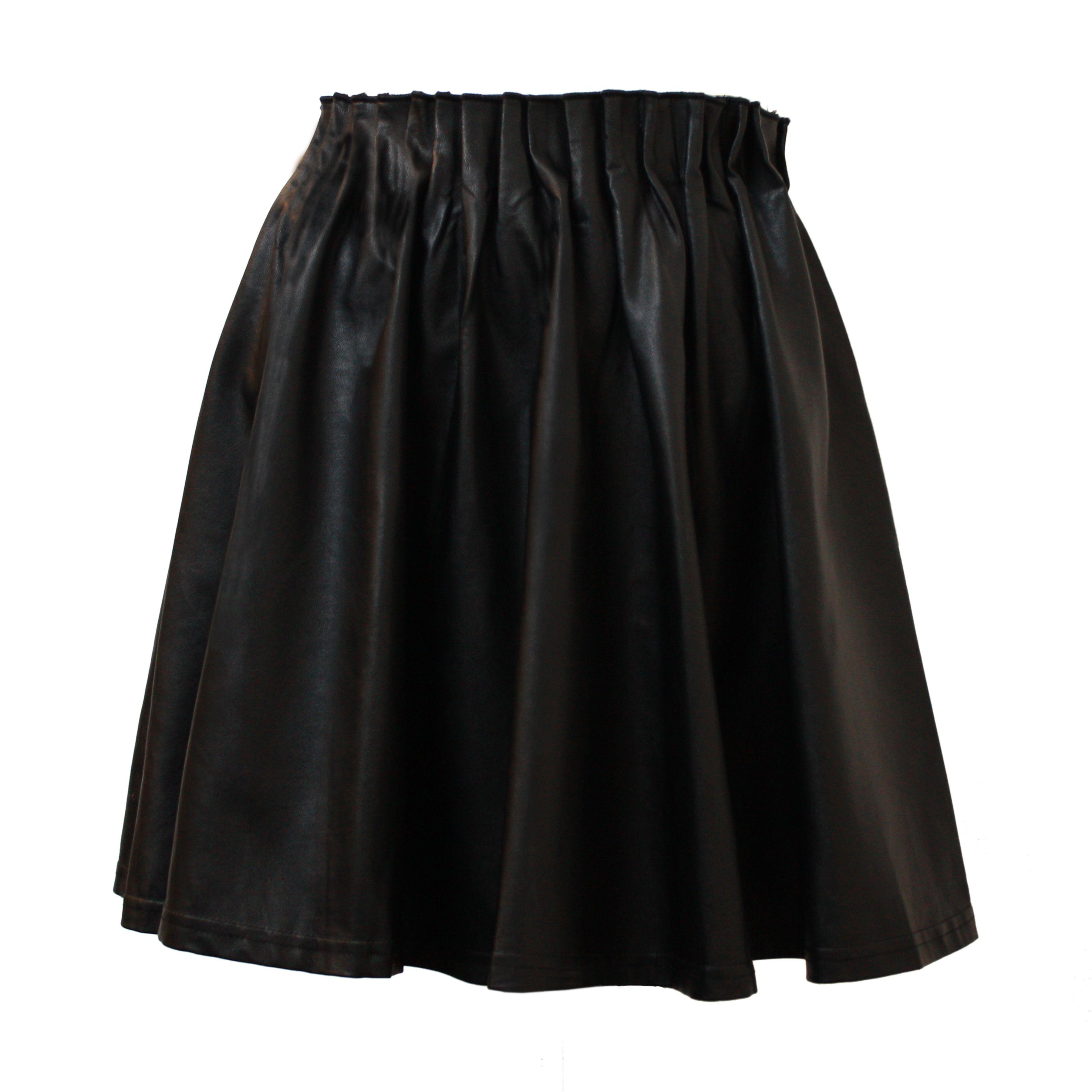 De Naomi rok van Isabelli is het perfecte herfst rokje in zwart faux leer. Loopt wijd uit en heeft een elastieke band aan de bovenkant.