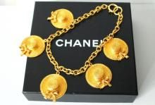 Authentieke Chanel goldtone 5 Straw Hat Charm Jumbo Ketting