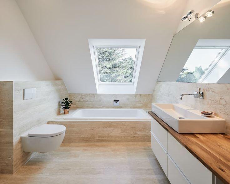 Moderne Bader Mit Dachfenster In 2020 Badezimmer Dachgeschoss Badezimmer Dachschrage Badezimmer Innenausstattung