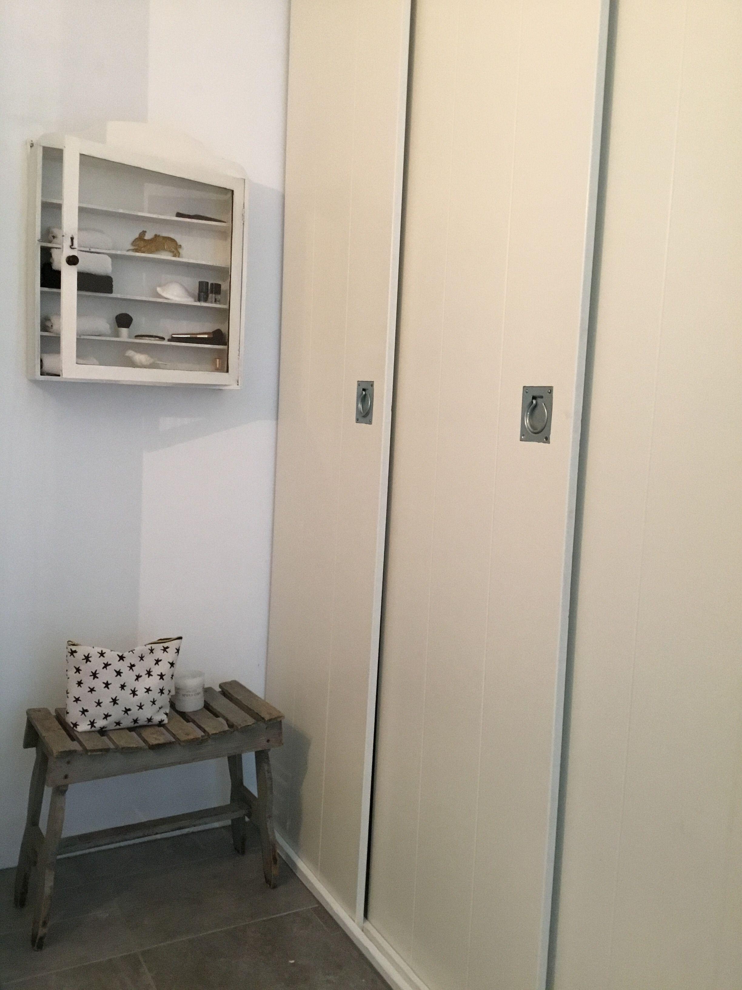Op maat gemaakte deuren in de badkamer / washok beneden. Hierachter ...