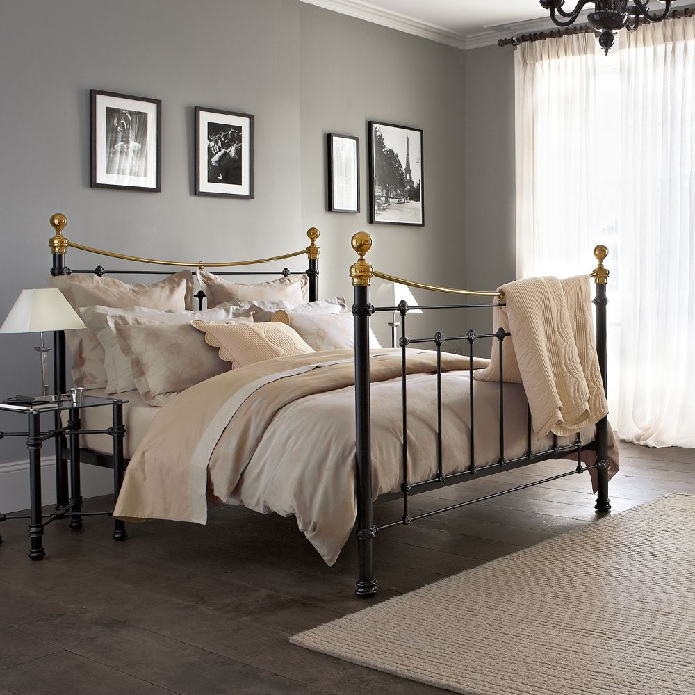 Best This Bedroom Has A Classic Clean Look Bed Home Design 640 x 480
