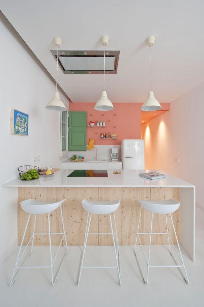 barra americana, cocina en tonos pastel, pequeño espacio optimizado