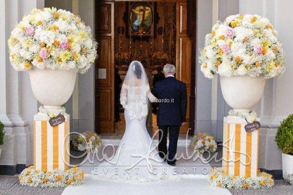 La Realizzazione Degli Addobbi Floreali All Esterno Della Chiesa Per Un Matrimonio Dai Colori Del So Cartelli Per Matrimonio Matrimonio Matrimonio Mediterraneo