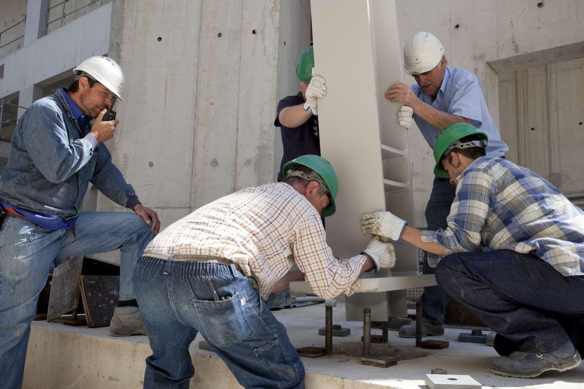 Men tooking part in the construction of the building © Fondation Louis Vuitton / Florence Joubert