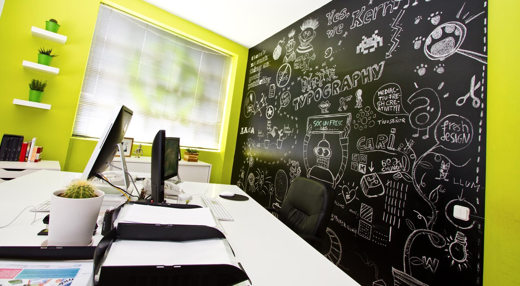 Detalle de la pared de pizarra del estudio de diseño gráfico y ...