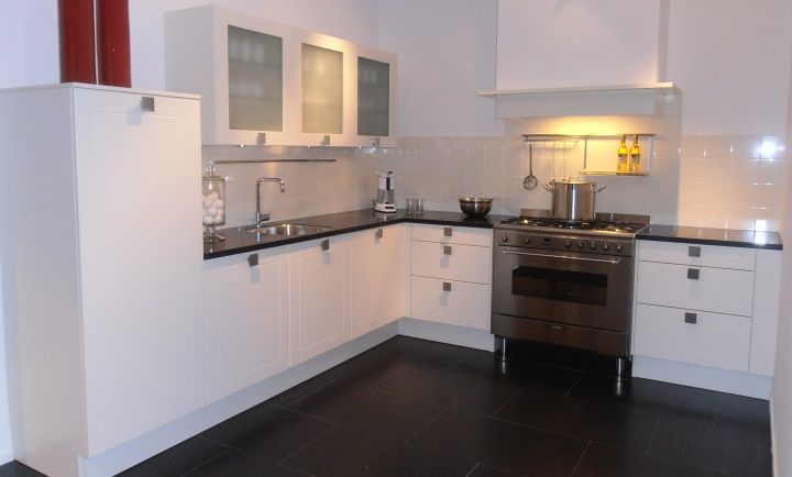 398. moderne hoek keuken. 305 x 290 buitenmaten . luxe apparatuur