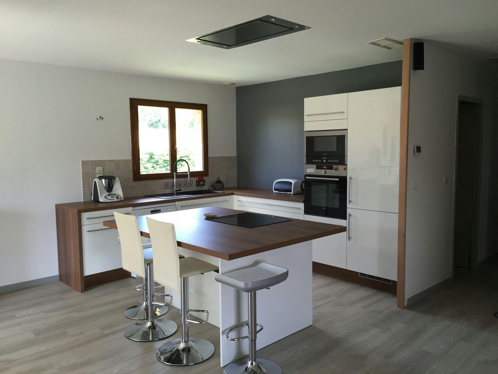 cuisine blanche et bois ouverte sur le salon  un  u00eelot