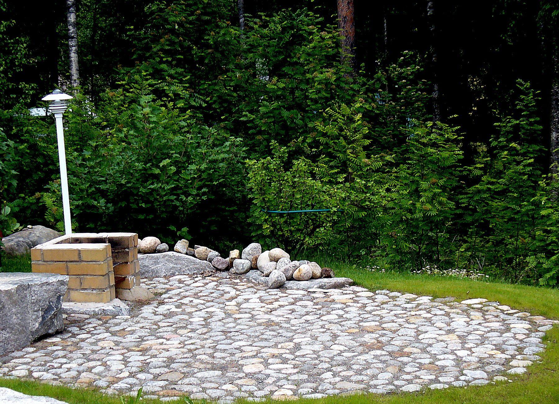 Hyvin tehty piha tuo iloa vuosiksi eteenpäin. Soita, tehdään sinulle ihana piha. Aalman Oy - kivityöt, 0400 159434. Kuvassa kiveyksessä käytetty seulanpääkiveä.