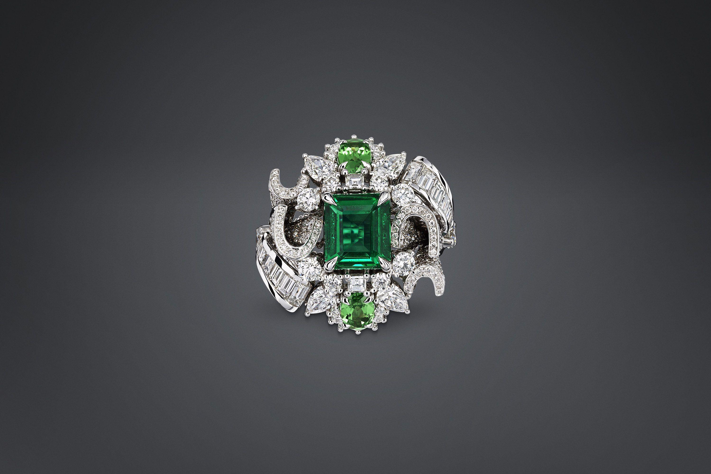 "SOIE DIOR RING ""PLUMETIS ÉMERAUDE"" White gold ""Plumetis Émeraude"" ring with diamonds, emerald and tsavorite garnets"
