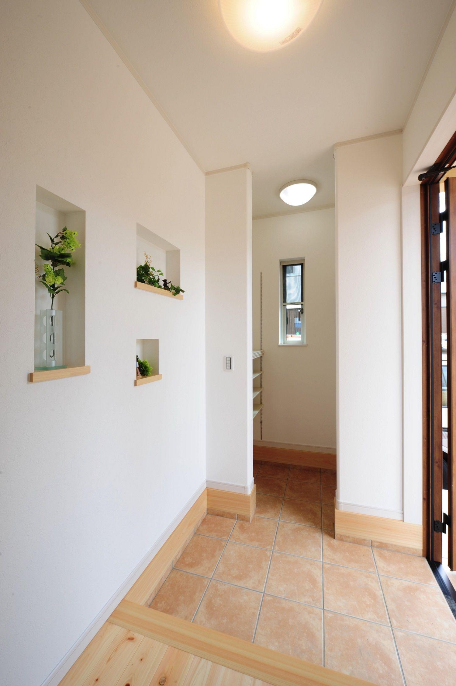 ヘルシーホーム 玄関ホールのニッチに小物を飾っておしゃれさup 桧屋住宅 玄関 ニッチ 飾り 玄関 デザイン