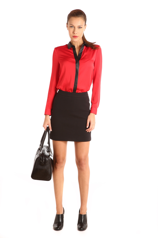 Blusa con polipiel en contraste en cuello camisero: $799. Falda corta línea A capitonada con pretina: $799.
