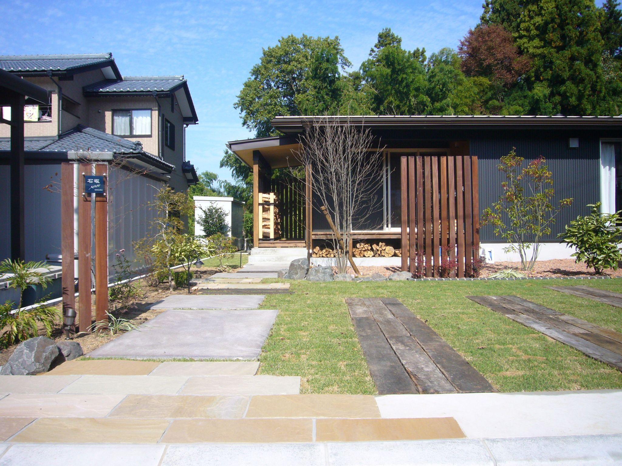 ウリンスリットと枕木でナチュラルなアプローチ 庭 エクステリア 住宅 外観
