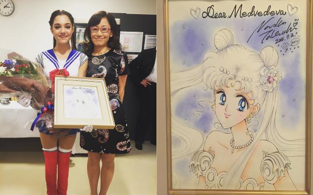 Naoko Takeuchi junto com a patinadora russa Evgenia Medvedeva, depois da jovem homenagear sua obra Sailor Moon em uma apresentação em 2016. / Fonte: Sankei Sports.