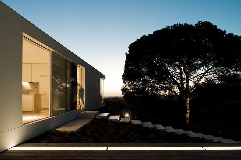 El propietario de esta casa tomó la inusual decisión de llamar a tres estudios, que debían presentar sus propuestas para construir una casa vacacional. El ganador fue el arquitecto Pedro Reis
