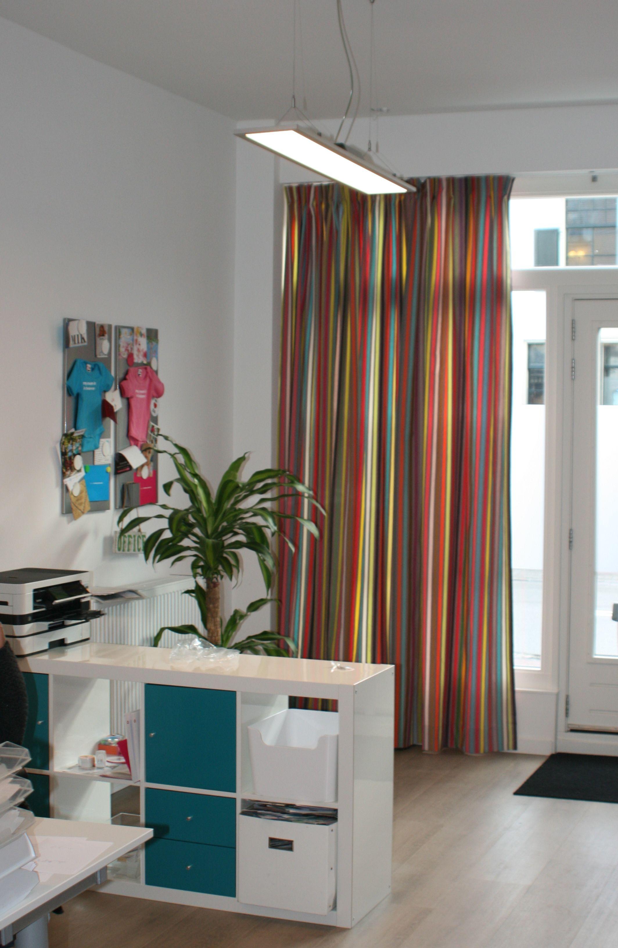 Gordijnen acapulco in het Mom in Balance kantoor | kleurrijke ...