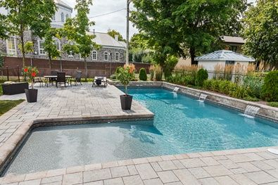 Tr s grande piscine avec chute d versant dans celle ci permacon piscine pav fontaine - Amenagement exterieur piscine creusee ...
