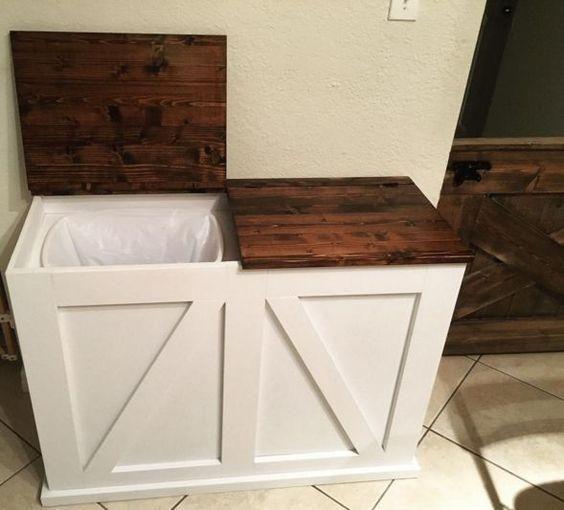 ein rustikaler schrank mit zwei m lleimer innen versteckt. Black Bedroom Furniture Sets. Home Design Ideas