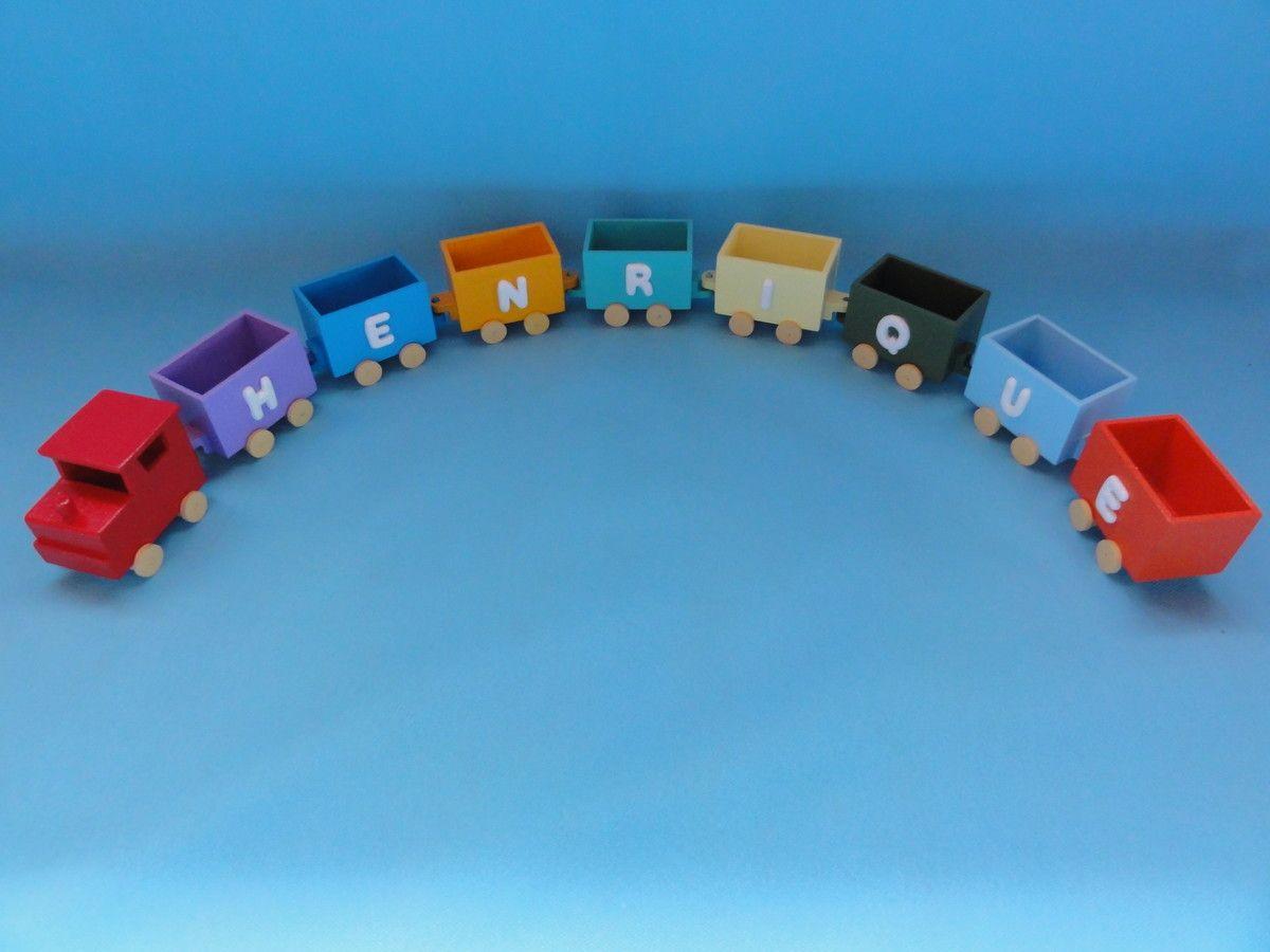 Trenzinho em madeira (MDF), pintado, envernizado e decorado com letras em biscuit. <br>Valor referente a uma Locomotiva e 8 vagões. <br>Locomotiva: 7 cm de comprimento x 5 cm de largura x 5,5 cm de altura <br>Vagão: 6,5 cm de comprimento x 4 cm de largura x 5 cm de altura