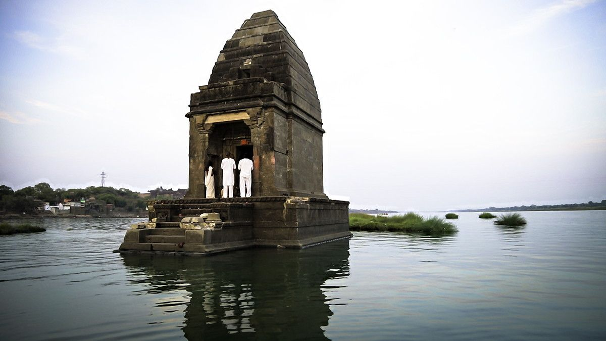 Shiva Temple This Is A Baneshwar Temple In The Middle Of Narmada River In Maheshwar India It Is Said That The Shivlin Temple Ancient Temples Narmada River