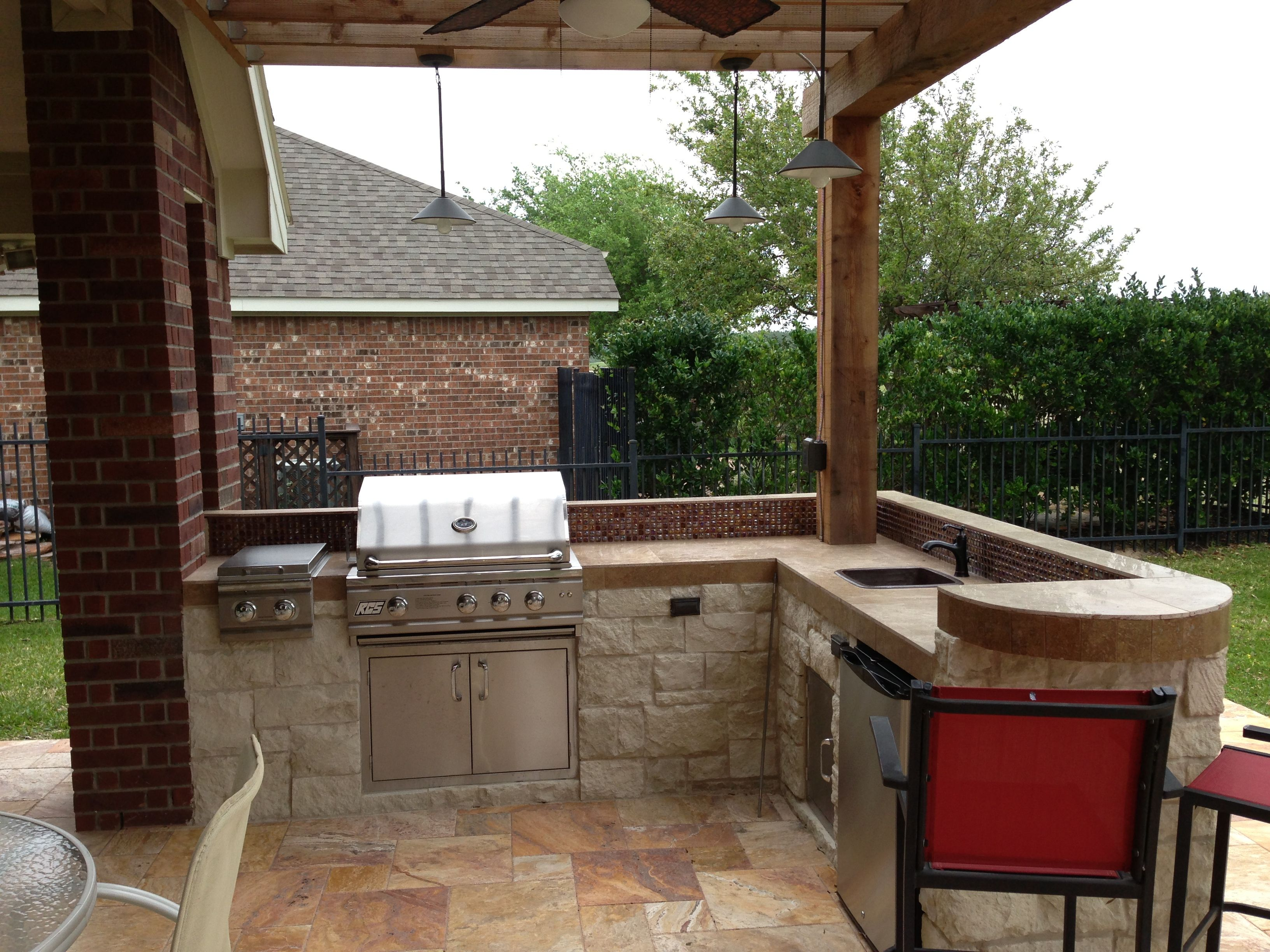 Small l shape outdoor kitchen with bar seating for Small backyard outdoor kitchen