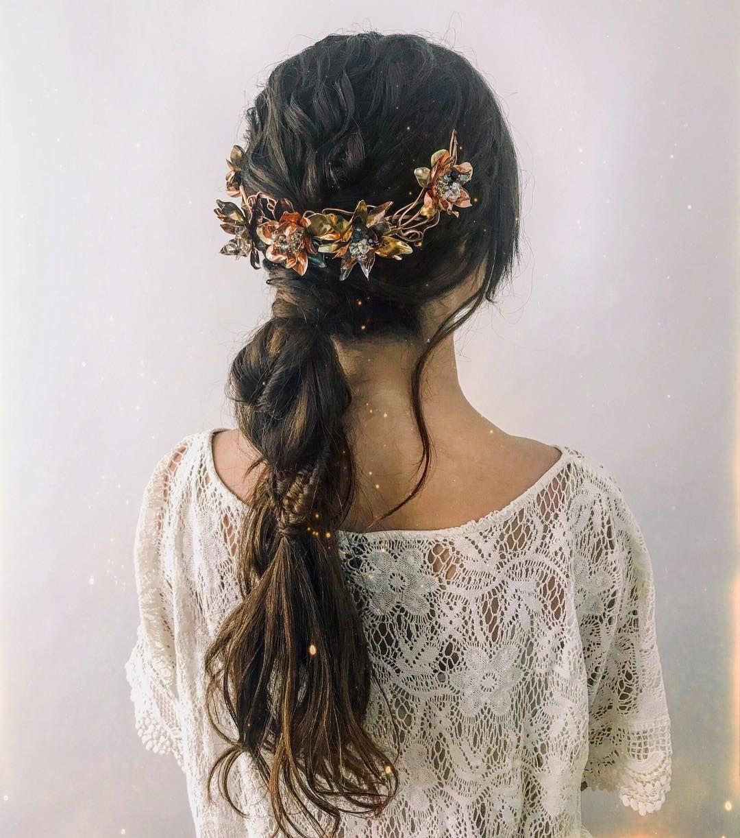 Cute braided hairstyles to rock this season : Fishtail braid hair down with daisies accent