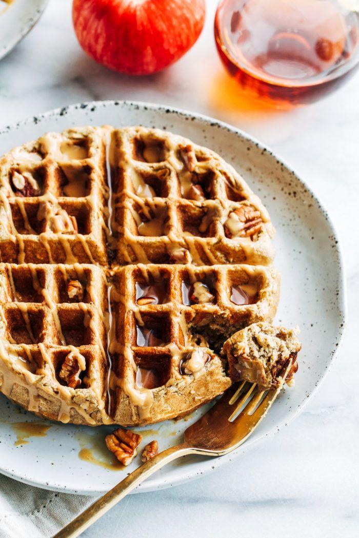 Apple Cinnamon Oatmeal Waffles – цельнозерновые вафли с идеально четкими краями. … Apple Cinnamon Oatmeal Waffles - цельнозерновые вафли с идеально четкими краями. ... -