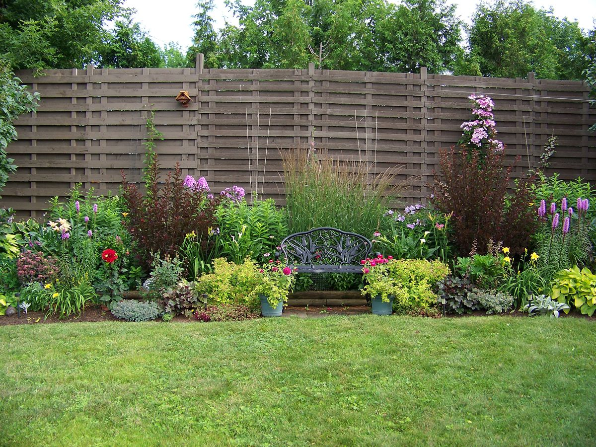Backyard fencing ideas yard fence ideas kadonsky - Jardines economicos ...