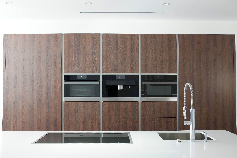 Design Keuken Showroom : Wildhagen strakke moderne keuken met houten kasten wand en