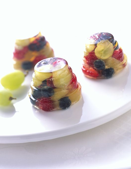 Sparkling Grape and Berry Jells packed with green, black and red Grapes from California | #jello #kids #dessert