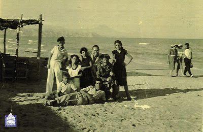LA HISTORIA DE LA PLAYA DE SAN JUAN ~ Alicante Vivo- Gente en la Playa de San Juan, posiblemente el día de San Jaime. Cedida por la Asociación Cultural Lloixa©
