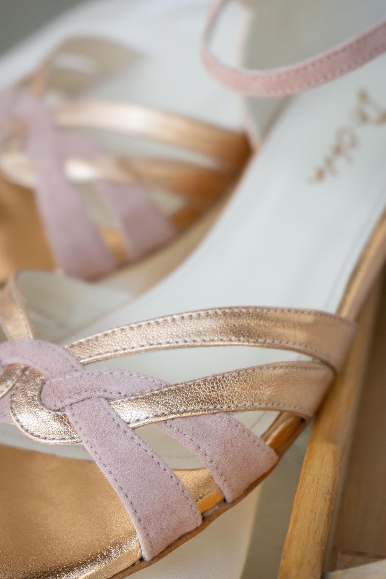 Brautschuh Flache Sandalette In Gold Und Altrosa Zur Hochzeit Athen In 2020 Brautschuhe Braut Sandalen Und Flache Sandalen