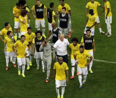 3位決定戦に敗れ引き上げるブラジルイレブン(AP)