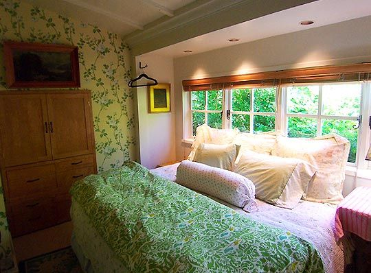 Small Space Solution Turn The Bed Sideways Arranging Bedroom