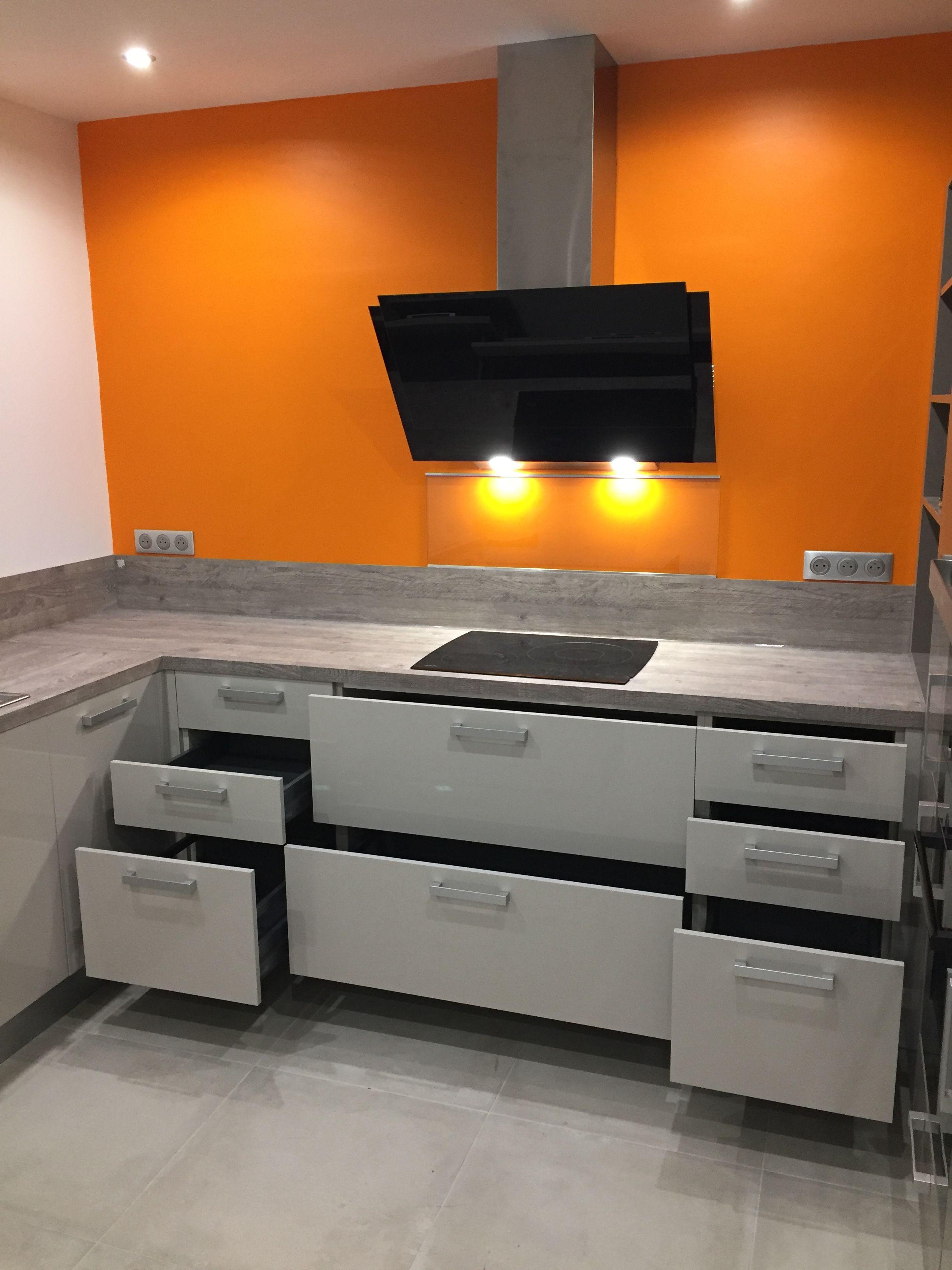 Mur orange dans une cuisine avec un maximum de tiroirs et de ...