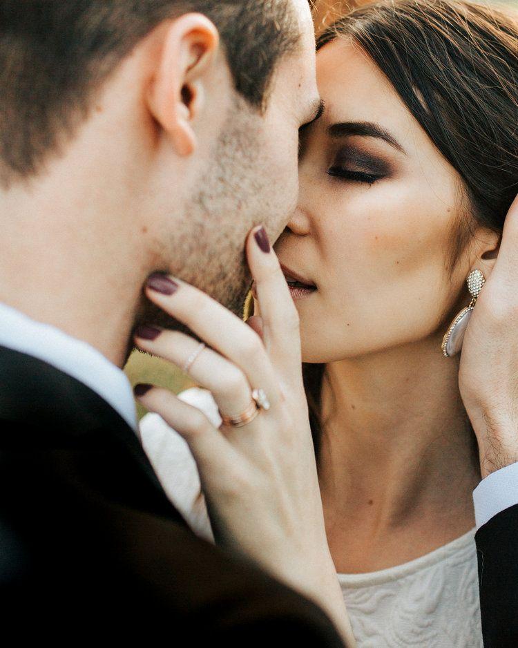 wedding couple pose chelsea fabrizio photo chelseafabrizio kiss