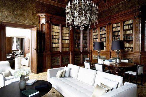 Uma biblioteca e um lustre ❤️