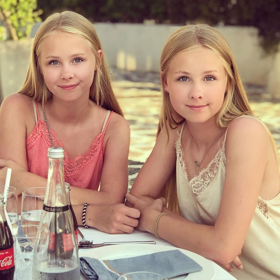 "Iza & Elle on Instagram: ""Dinner time 💗 #twins #si"