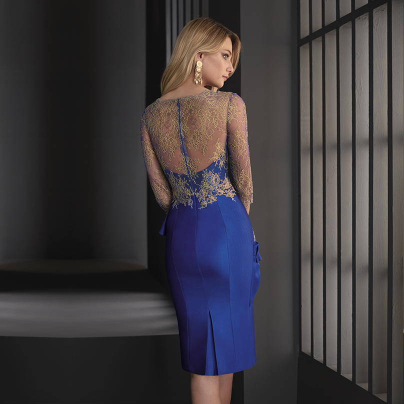 Este vestido de cóctel realizado en chantilly bicolor y pique de seda es ideal para una boda de mañana marcando la diferencia en la falda con el volante que...