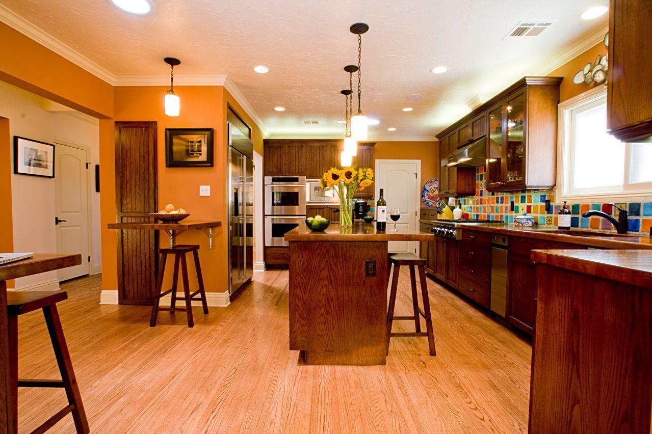 10 beautiful kitchens with orange walls orange walls for Orange kitchen walls