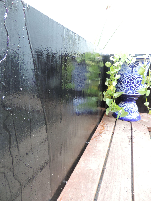 Espejo de agua con fuente llorona y un remate visual de for Remate de terrazas