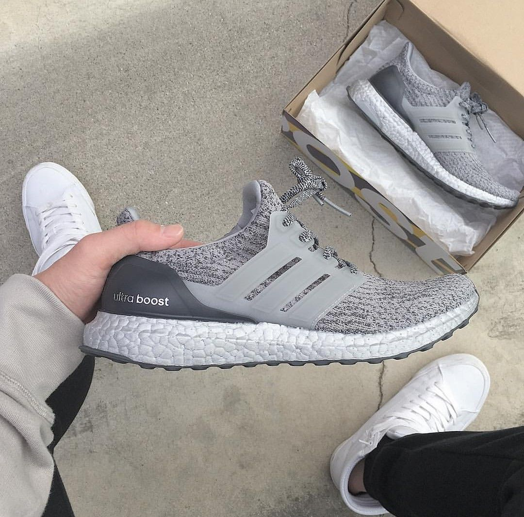 adidas Originals ultra boost in greygrau Foto