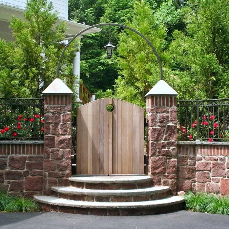 holz-gartentor mit steinpfosten und metall-bogen   originelle, Garten und erstellen