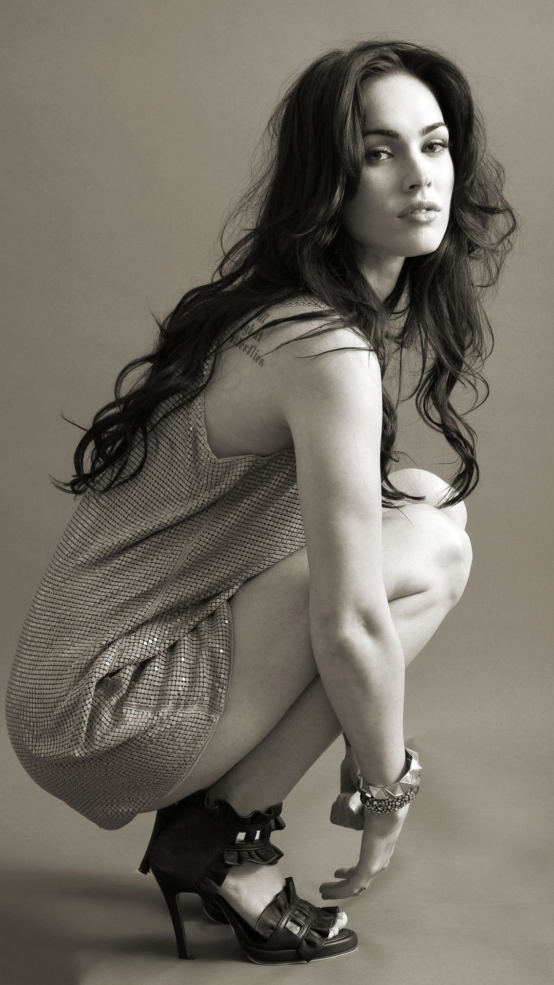 Megan Fox 2019 Monochrome Mobile Wallpaper (iPhone