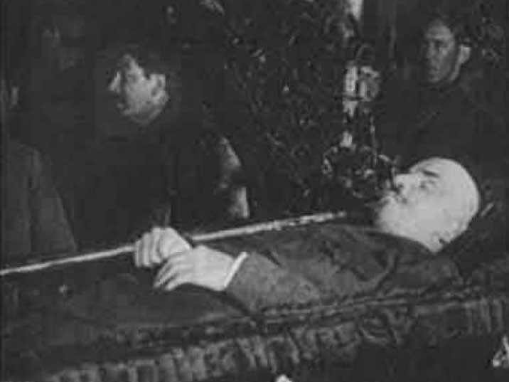 002 Lenin's body in 1924 with Joseph Stalin in the background