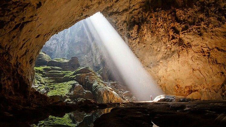 Durante la temporada de lluvias, la cueva de Hang En en Vietnam no es el lugar para adentrarse. El río Rao Thuong, cuyo curso la atraviesa, sube más de 90 metros y cubre las que, en otras épocas del año, son unas playas preciosas y pintorescas.