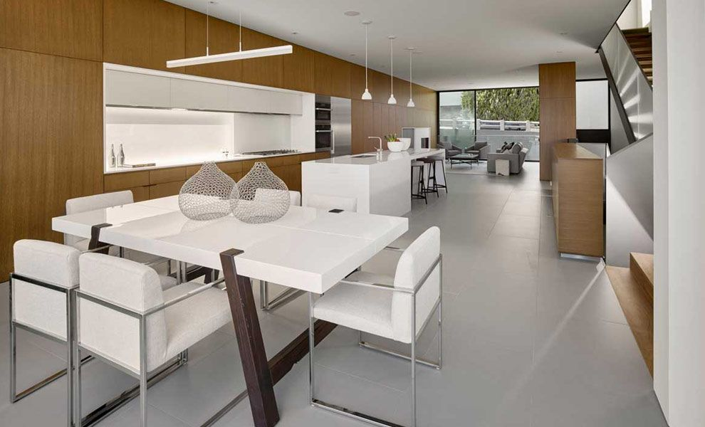 Open woonkamer en keuken met houten inbouwkasten modern
