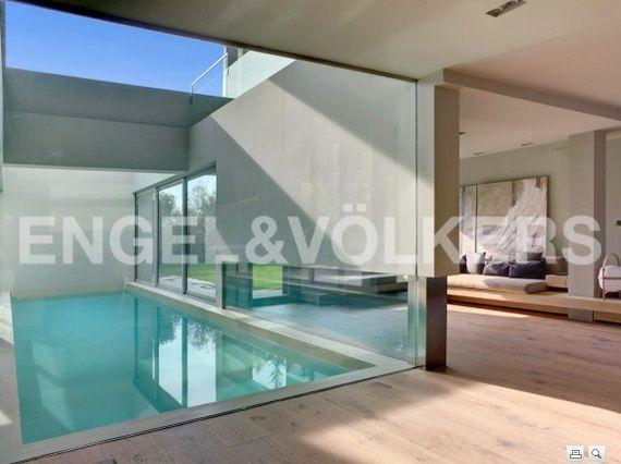 Private apartment patio el placer de vivir en una casa for Diseno de casas con piscina interior