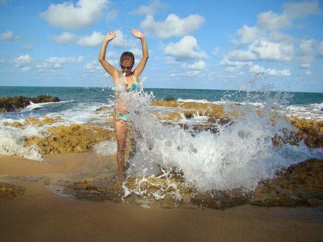 Em Aruba .....a agua do mar entra sob as rochas e sai por uma fenda com um grande jato d 'agua.