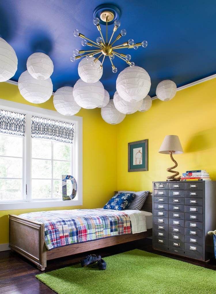 Chambre Enfants Avec Murs Jaunes, Plafond Bleu Et Lampions