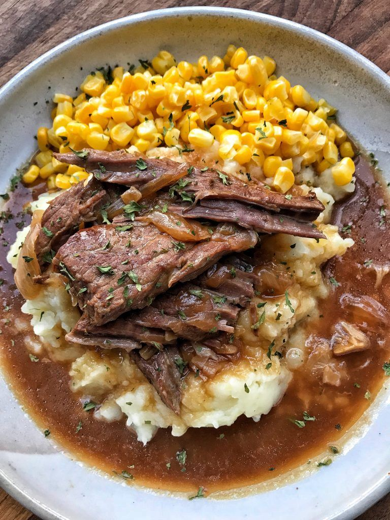 Round Steak & Gravy - The Tipsy Housewife #dinnerrecipes